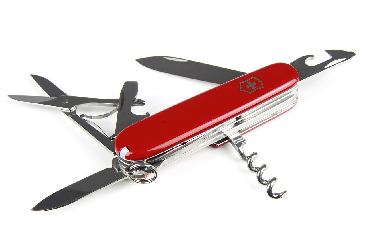 Schweizer Sackmesser mit mehreren geöffneten Klingen und Werkzeugen.